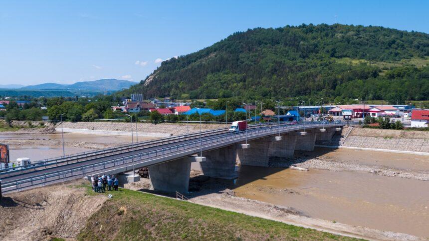 """""""Fără tam-tam și tăieri de pamblică"""" s-a reluat circulația pe două benzi, la podul peste  Trotuș"""